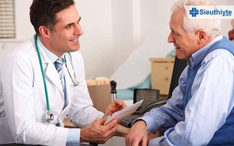 Người bệnh huyết áp đi tái khám