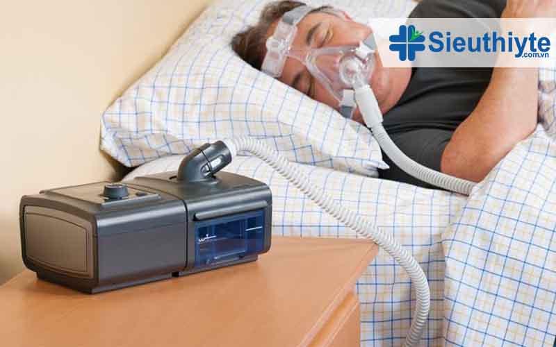 Bệnh nhân COPD được bác sĩ khuyên dùng máy trợ thở áp lực dương, nhằm đảm bảo hiệu quả hô hấp tự nhiên xuyên suốt, từ đó bảo vệ an toàn tính mạng khi ngủ.