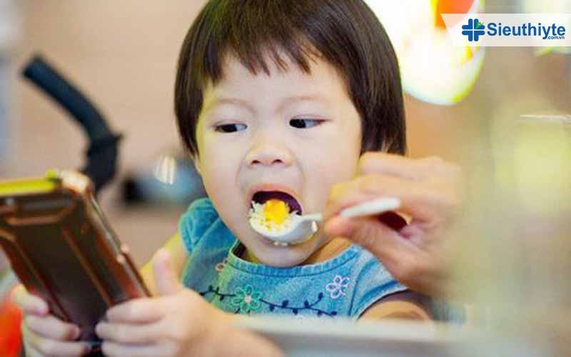 Trẻ được cho ăn