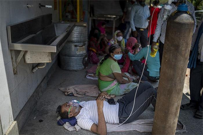 Tình trạng thiếu oxy nghiêm trọng tới mức thờ tự của đạo Sikh bắt đầu cung cấp oxy miễn phí cho những bệnh nhân COVID-19. Tuy nhiên, với việc mỗi ngày phải tiếp nhận hơn 300.000 ca nhiễm, khiến giường bệnh cũng không đủ chỗ, bệnh nhân cũng không đủ sức để ngồi nên phải nằm tạm trên tấm vải cũ dưới đất.