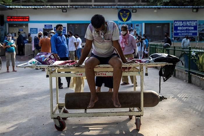 Bên ngoài Bệnh viện Guru Teg Bahadur tại thủ đô New Delhi do chưa có giường điều trị, nhiều bệnh nhân phải dùng mặt nạ thở oxy và bình oxy.