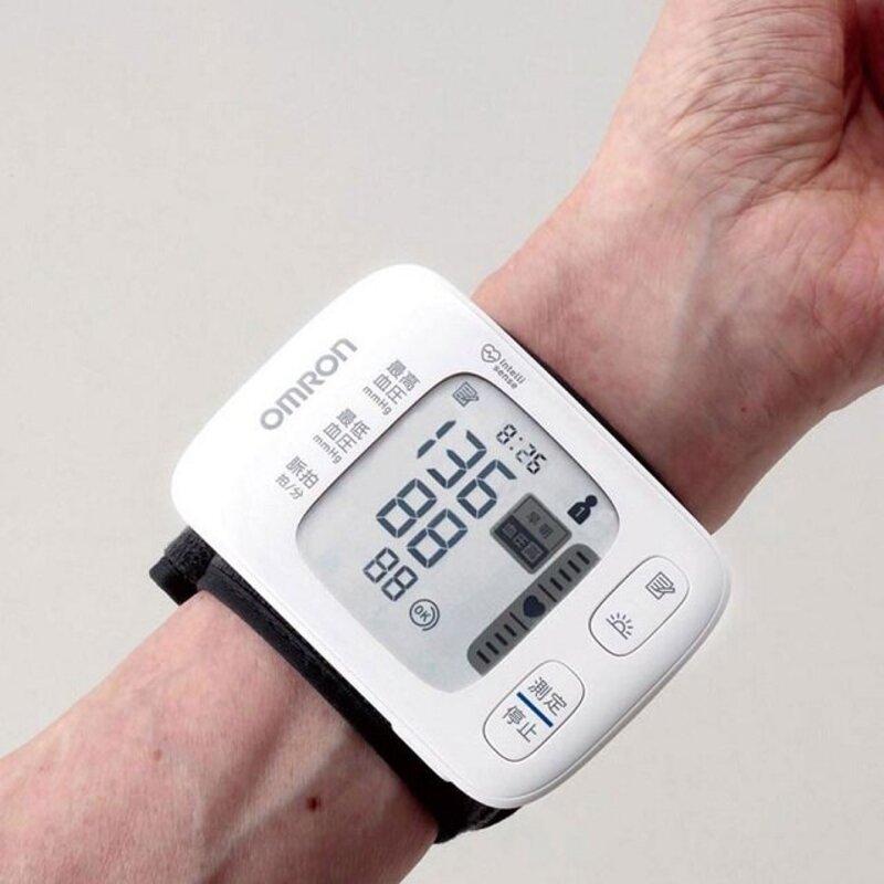 Máy đo huyết áp cổ tay Omron có thiết kế nhỏ gọn, dễ sử dụng, thích hợp mang theo bên mình