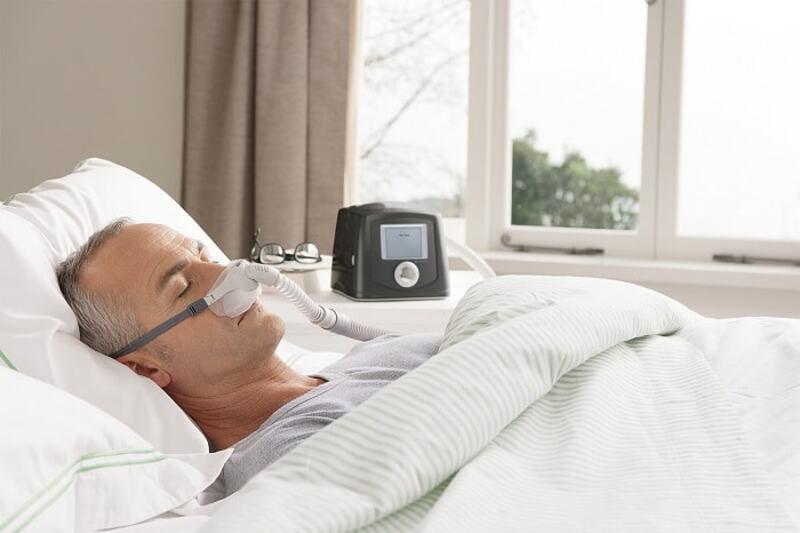 Máy trợ thở cho người già là thiết bị y tế cần thiết giúp cung cấp oxy kịp thời cho người già